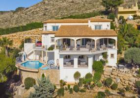 Spacious Mediterranean style villa with bay views in Jávea